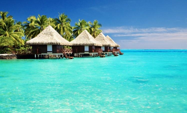 Artikelbild_Malediven_Meer_Strand_Haueser-748x453